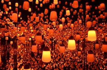 Team-lab-Borderless-Forest-of-Resonating-Lamps-orange-light-installation-room-with-infinity-mirrors